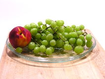 Groene Druiven en Nectarine of Perzik Stock Fotografie