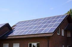 Groene Duurzame energie met Photovoltaic Comités Royalty-vrije Stock Fotografie