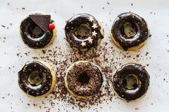 Groene eigengemaakte donuts van matchathee met chocoladesuikerglazuur en decoratie van sterren en chocolade op een witte achtergr Stock Foto