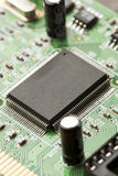 Groene Elektrokringsraad met microchips en transistors Royalty-vrije Stock Afbeeldingen