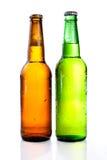 Groene en bruine bierfles met dalingen royalty-vrije stock foto's