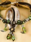 Groene en bruine geparelde halsband Stock Foto's