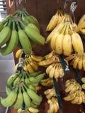 groene en gele bananen op de markt stock foto's
