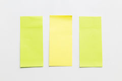 Groene en gele post-itdocument nota over witte achtergrond Stock Foto