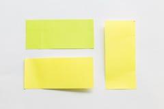 Groene en gele post-itdocument nota over witte achtergrond Stock Afbeeldingen