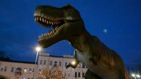 Groene en gevaarlijke dinosaurus in park stock video