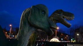 Groene en gevaarlijke dinosaurus in park stock videobeelden