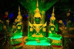 Groene en gouden buddhas die in temole zitten royalty-vrije stock afbeelding