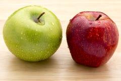 Groene en rode appel op houten tsblea Stock Foto's
