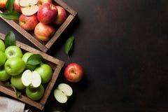 groene en rode appelen in houten doos stock afbeeldingen