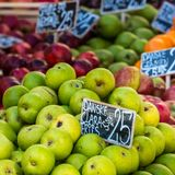 Groene en rode appelen in lokale markt in Kopenhagen, Denemarken Royalty-vrije Stock Afbeelding