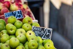 Groene en rode appelen in lokale markt in Kopenhagen, Denemarken Royalty-vrije Stock Afbeeldingen