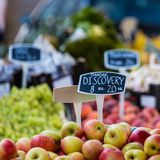 Groene en rode appelen in lokale markt in Kopenhagen, Denemarken Stock Afbeeldingen