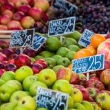 Groene en rode appelen in lokale markt in Kopenhagen, Denemarken Royalty-vrije Stock Foto