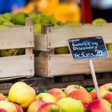 Groene en rode appelen in lokale markt in Kopenhagen, Denemarken Royalty-vrije Stock Foto's