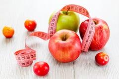 Groene en rode appelen met meter Stock Afbeeldingen
