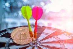 Groene en Rode Dast-pijl die dichtbij bitcoin op dartboard raken stock foto