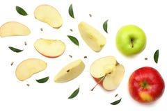 groene en rode die appelen met plakken op witte achtergrond worden geïsoleerd Hoogste mening Stock Afbeelding