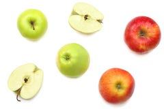 groene en rode die appelen met plakken op witte achtergrond worden geïsoleerd Hoogste mening Royalty-vrije Stock Foto