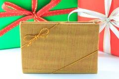 Groene en rode doos met wit en rood lint Stock Foto