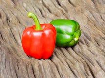 Groene en rode groene paprika op houten achtergrond Royalty-vrije Stock Afbeelding