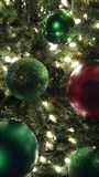 Groene en Rode Kerstmisornamenten stock afbeeldingen