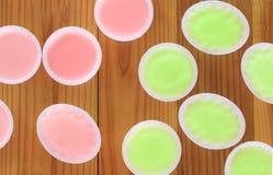 Groene en roze gelei op houten Royalty-vrije Stock Foto's