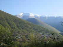Groene en sneeuwbergen van Sheki stock fotografie