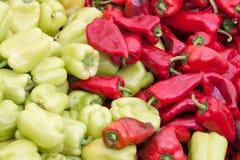 Groene en Spaanse pepers voor verkoop bij kruidenierswinkel royalty-vrije stock afbeelding