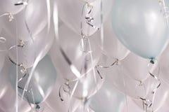 Groene en witte ballons in de partij Stock Foto's