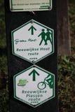 Groene en witte richtingstekens voor wandeling en pedistrians in het Groene-Hert in Reeuwijkse hout royalty-vrije stock fotografie
