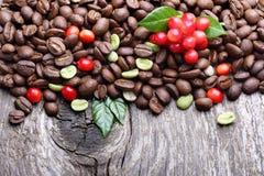 Groene en zwarte koffiebonen Royalty-vrije Stock Foto's