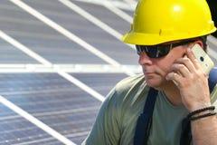 Groene energie, zonnepaneel en arbeider met celtelefoon Stock Foto's