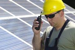 Groene energie, zonnepaneel en arbeider met walkie-talkie Stock Foto's