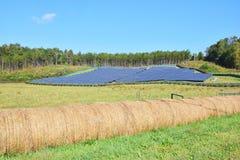 Groene energie - zonnepanelen op een gebied Royalty-vrije Stock Fotografie