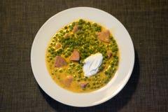 Groene erwten fozelek dik plantaardige hutspot met vlees en zure room, Hongaarse keuken stock foto's