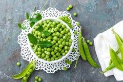 Groene erwten met bladeren royalty-vrije stock foto's