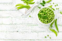 Groene erwten met bladeren op witte achtergrond royalty-vrije stock foto's