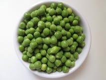 Groene erwten op een witte achtergrond Stock Fotografie