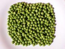 Groene erwten op een witte achtergrond Stock Foto