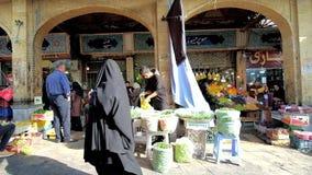 Groene erwtenverkoper in Tajrish-Bazaar, Teheran, Iran stock footage