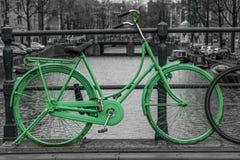 Groene fiets stock foto's