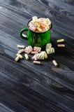 Groene geëmailleerde mok met heemst Royalty-vrije Stock Foto