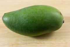 Groene geïsoleerde mango Royalty-vrije Stock Foto