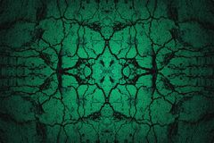 Groene gebarsten muurachtergrond met schijnwerper Stock Foto's