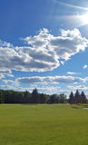 Groene gebied en wolken in de hemel Royalty-vrije Stock Fotografie