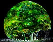 Groene geblazen glasbal zoals bosbladeren Stock Afbeeldingen