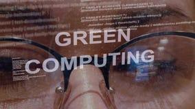 Groene gegevensverwerkingstekst op achtergrond van vrouwelijke ontwikkelaar stock footage