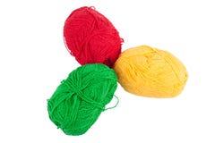 Groene gele rode die strengen van wol op een witte achtergrond wordt geïsoleerd Royalty-vrije Stock Fotografie