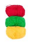 Groene gele rode die strengen van wol op een witte achtergrond wordt geïsoleerd Royalty-vrije Stock Foto